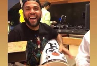 Daniel Alves é defendido pelo São Paulo após aparecer tocando instrumento com braço lesionado   Reprodução   Instagram