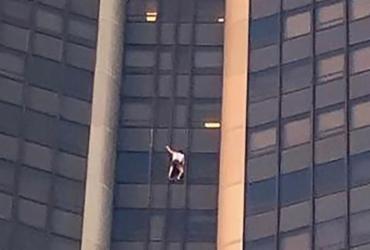 Homem é preso após escalar arranha-céu em Paris | Francois Maligrone | AFP