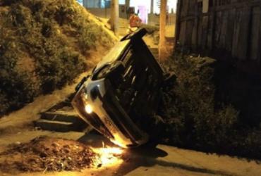 Carro despenca de barranco após ser ligado por criança de 12 anos na Bahia