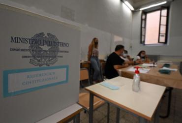 Italianos desafiam coronavírus para votar em referendo e eleições regionais | Vincenzo Pinto | AFP