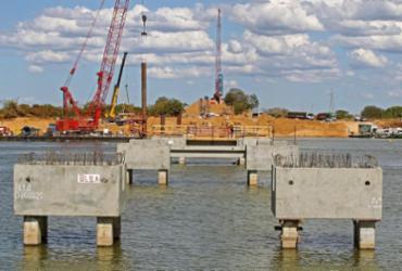 Obras da nova ponte sobre o Rio São Francisco são vistoriadas pelo governador Rui Costa  