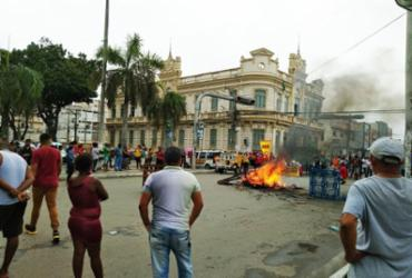 Professores e ambulantes fazem protesto no centro de Feira de Santana