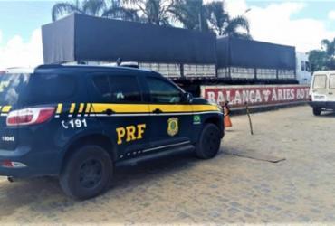 Carreta é flagrada com 30 toneladas de excesso de peso em Teixeira de Freitas