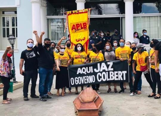 Manifestantes fazem enterro simbólico da gestão do prefeito de Feira de Santana | Divulgação | APLB
