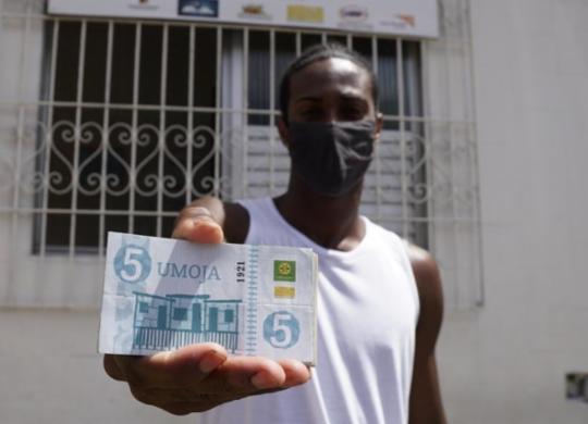 Moradores do Uruguai usam moeda local que movimenta economia em tempos de crise | Gabriel Dias | Visão Mundial Brasil