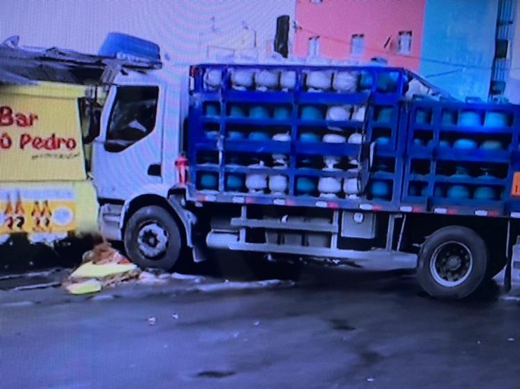 Bar fica parcialmente destruído após impacto da colisão no bairro de Cajazeiras | Foto: Reprodução | TV Bahia - Foto: Reprodução | TV Bahia