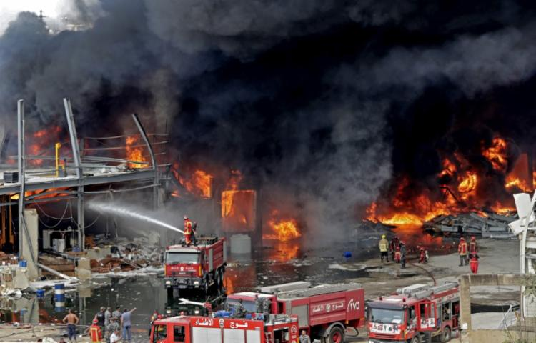 Seis horas após o início do incêndio, os bombeiros ainda lutavam contra as chamas | Foto: Anwar Amro | AFP - Foto: Anwar Amro | AFP