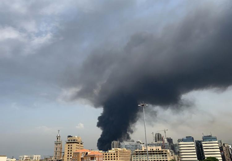Incêndio ocorreu em um armazém, onde estão estocados óleo para motor e rodas de carro | Foto: Joseph Eid | AFP