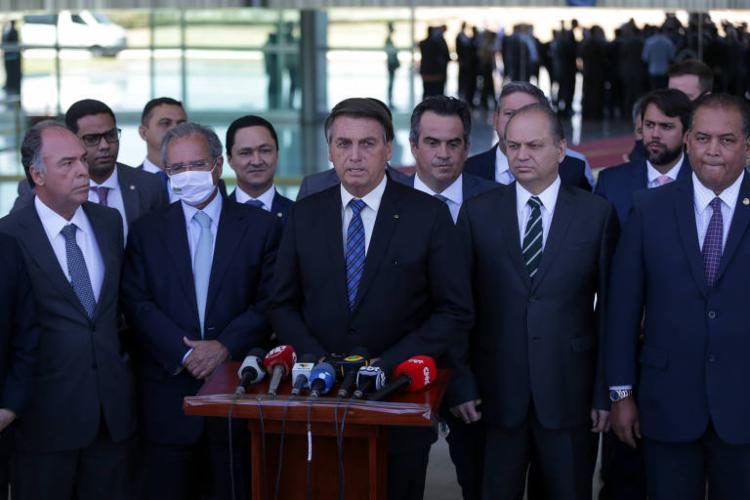 Junto com ministros, Bolsonaro anunciou a prorrogação do Auxílio Emergencial - Foto: Agencia Brasil
