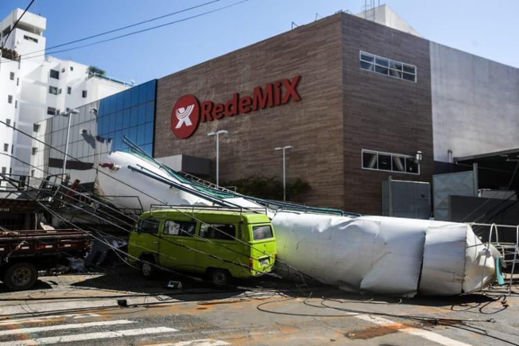 Caixa d'água pertencia ao mercado Rede Mix | Foto: Felipe Iruatã | Ag. A TARDE - Foto: Felipe Iruatã | Ag. A TARDE