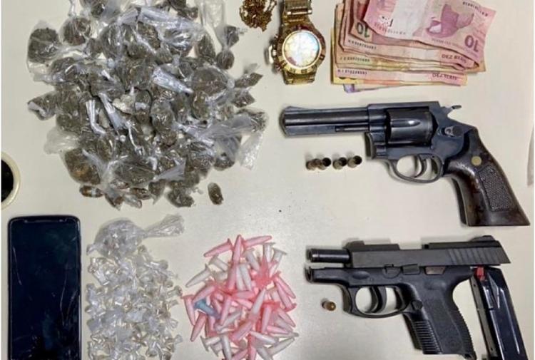 Com a dupla de traficantes, foram apreendidos pistola, revólver e drogas | Foto: Divulgação | SSP-BA - Foto: Divulgação | SSP-BA