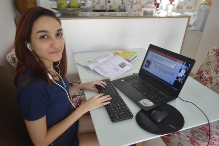 A professora Luiza Menezes apoia a manutenção do ensino remoto neste momento - Foto: Shirley Stolze   Ag. A TARDE