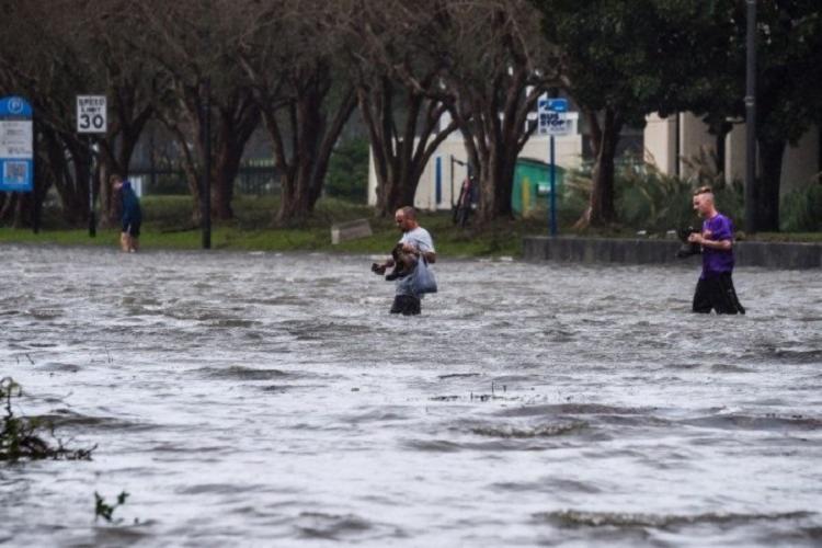 Os EUA estão em alerta por causa da presença de cinco tempestades tropicais simultâneas passando pelo Golfo do México | Foto: Chandan Khanna | AFP - Foto: Chandan Khanna | AFP