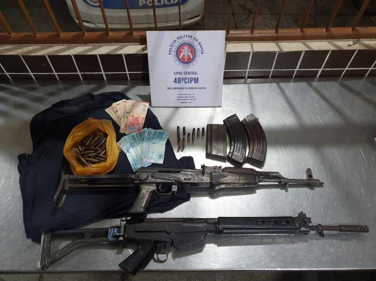 Além dos dois fuzis, foram apreendidos carregadores, munições, um colete balístico, R$ 2 mil e 70 pesos argentinos   Foto: Divulgação   SSP-BA - Foto: Divulgação   SSP-BA