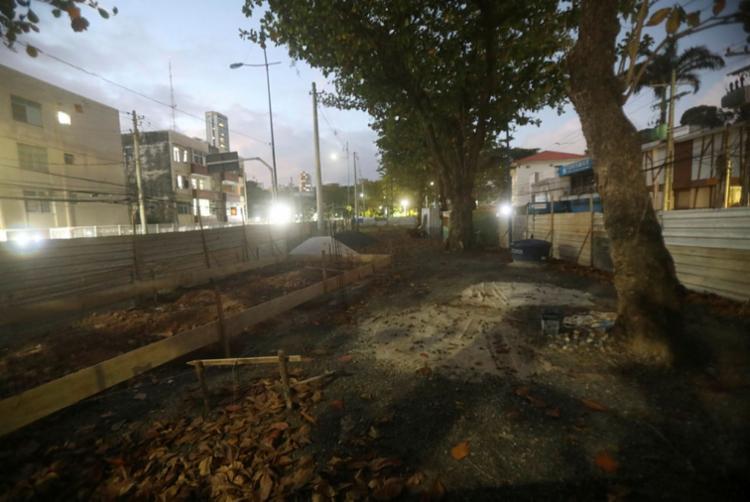 Construção de posto de gasolina no canteiro c entral de Ondina deve ser encerrada   Foto: Felipe Iruatã   Ag. A TARDE - Foto: Felipe Iruatã   Ag. A TARDE
