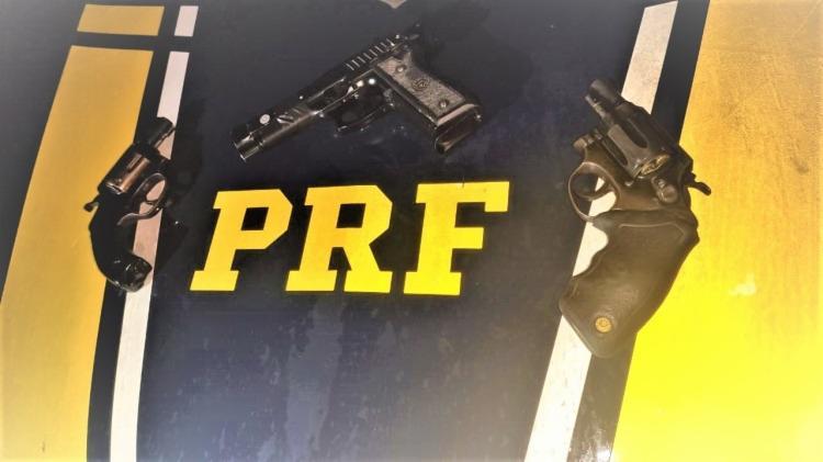 Agentes da PRF apreenderam duas armas de fogo, 10 munições calibre 38 e um simulacro de pistola | Foto: Divulgação | PRF - Foto: Divulgação | PRF