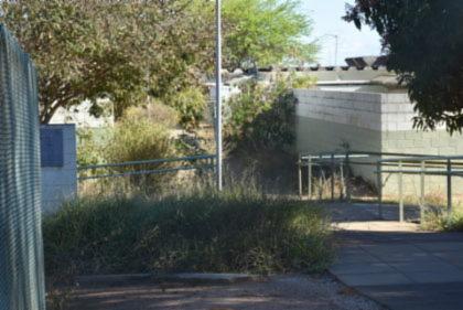 A escola está fechada desde março, por conta da pandemia, e o matagal toma conta da unidade, mas a prefeitura, até o momento, não tomou providências.