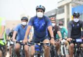 Durante pedalada, Bruno Reis diz que pretende ampliar rede cicloviária de Salvador | Foto: Betto Jr.