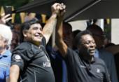 Prestes a completar 60 anos, Maradona saúda Pelé em seu 80º aniversário | Foto: Patrick Kovarik | AFP