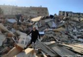 Após quase 18h, mãe e filhos são resgatados de escombros em cidade turca atingida por terremoto | Foto: