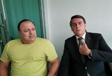 Após crise, Pazuello posa ao lado de Bolsonaro: 'Um manda e outro obedece' | Divulgação