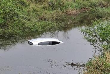 Acidente: Carro cai em lago às margens da BR-330 em Ipiaú