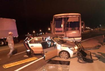 Duas pessoas ficam feridas em acidente envolvendo carro e ônibus na BA-262