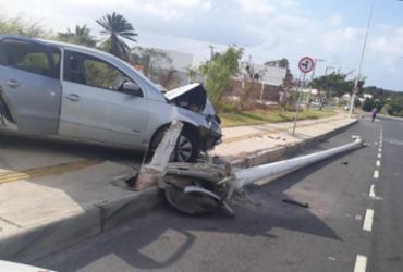 Batida com carro derruba poste no bairro de Stella Maris | Divulgação | Transalvador