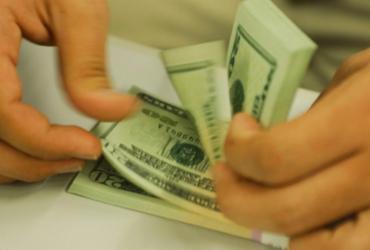 Dólar ultrapassa R$ 5,70, mas desacelera após intervenção do BC |
