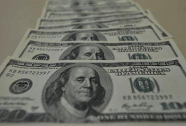 Dólar aproxima-se de R$ 5,70 e fecha no maior nível em cinco meses |