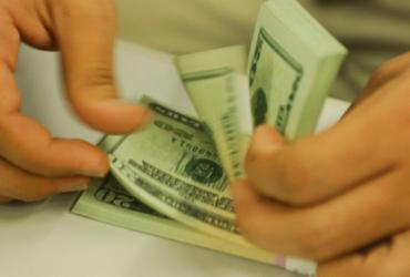 Dólar tem leve queda e fecha o dia em R$ 5,71 | Marcello Casal Jr | Agência Brasil