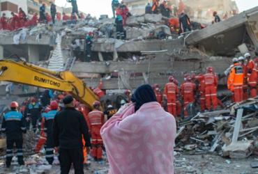Terremoto deixa 26 mortos e mais de 800 feridos na Grécia e Turquia | Yasin Akgul | AFP