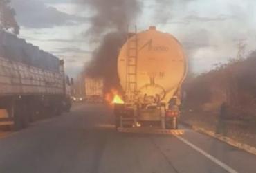 Caminhão carregado com amido de milho pega fogo em Vitória da Conquista | Reprodução | Blog do Anderson