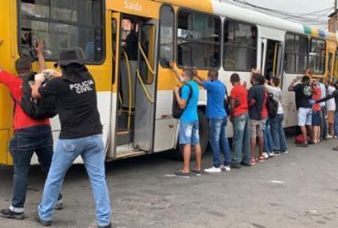 Gerrc realiza abordagem de coletivos nos bairros de Lobato e Amaralina nesta quinta-feira | Foto: Divulgação | Polícia Civil