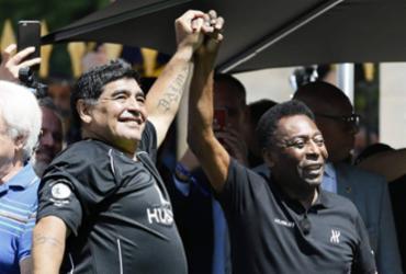 Prestes a completar 60 anos, Maradona saúda Pelé em seu 80º aniversário | Patrick Kovarik | AFP
