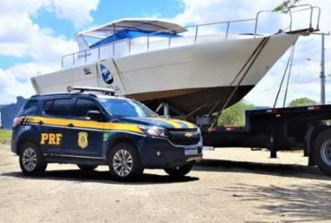 Motorista é autuado após transportar barco de luxo irregularmente