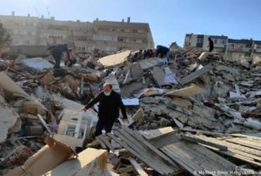Após quase 18h, mãe e filhos são resgatados de escombros em cidade turca atingida por terremoto |