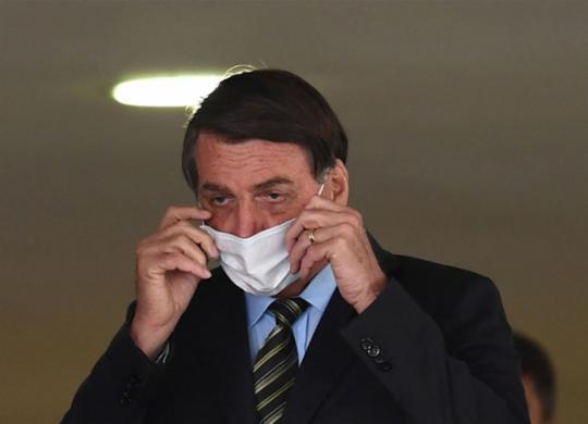 Bolsonaro afirma que não dá para ficar muito tempo mais com auxílio   Evaristo Sa   AFP