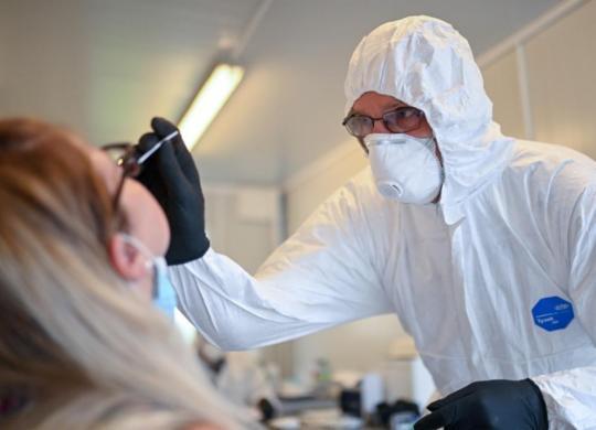 Mundo: Quase 42,7 milhões de pessoas já foram contaminadas pela Covid-19   Ina Fassbender   AFP