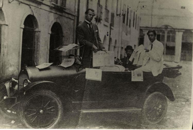 A TARDE distribuído com carro aberto, mesmo sob censura   Foto: Arquivo A TARDE