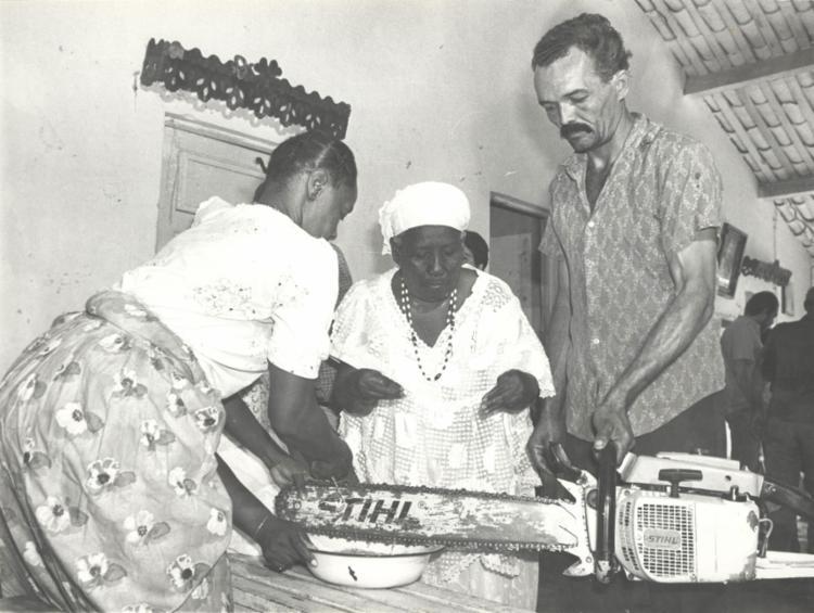 A história por trás da foto: rito de purificação de ferramentas para podar árvore sagrada || 15.05.1985