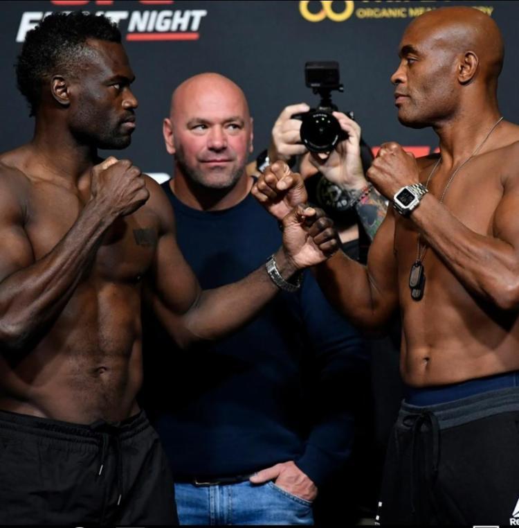 Anderson Silva (dir) e Uriah Hall (esq) se encaram durante a pesagem | Foto: Divulgação | UFC Brasil