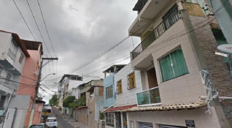 A autoria dos crimes é atribuída a cinco homens, não identificados, que chegaram ao local de carro e efetuaram os disparos | Foto: Reprodução | Google Street View - Foto: Reprodução | Google Street View