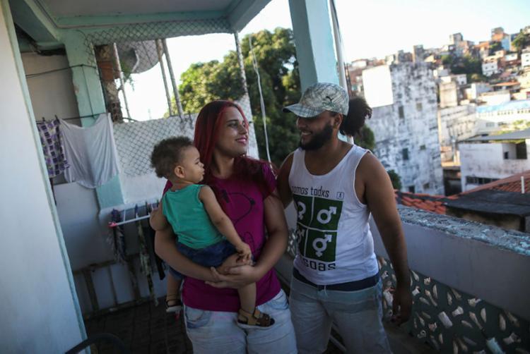 Yuna e Théo, pais do pequeno Dionísio, não abrem mão de cuidar da saúde | Foto: Raphael Müller | Ag. A TARDE - Foto: Raphael Müller | Ag. A TARDE