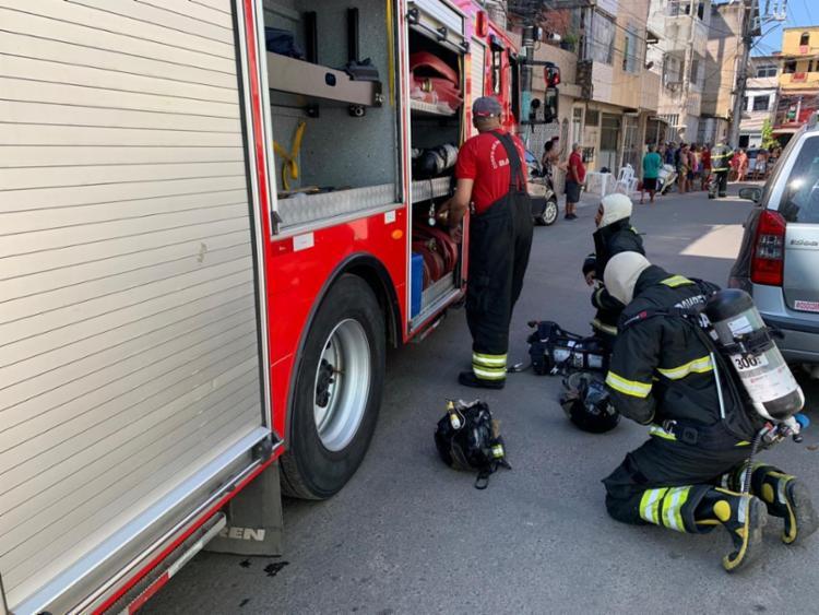 Bombeiros em ação no bairro do Uruguai   Foto: Divulgação   CBMBA - Foto: Divulgação   CBMBA