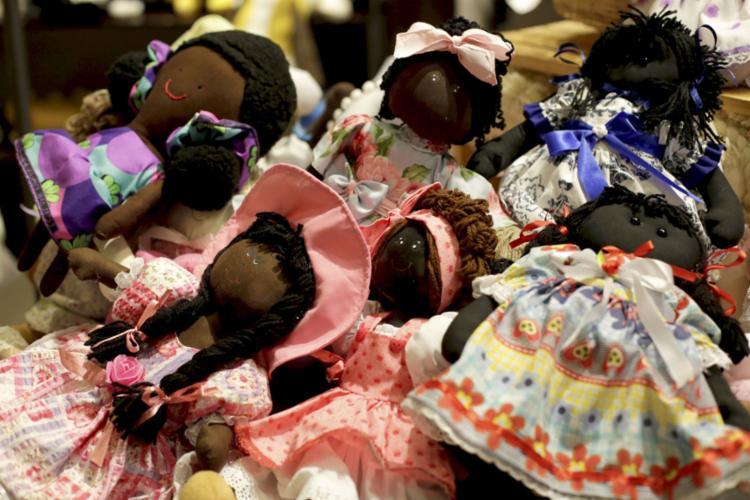 Estudo realizado este ano mostra que entre empresas fabricantes analisadas apenas oito possuíam bonecas negras em seus inventários | Foto: Adilton Venegeroles | Ag. A TARDE | 08.10.2020 - Foto: Adilton Venegeroles | Ag. A TARDE | 08.10.2020