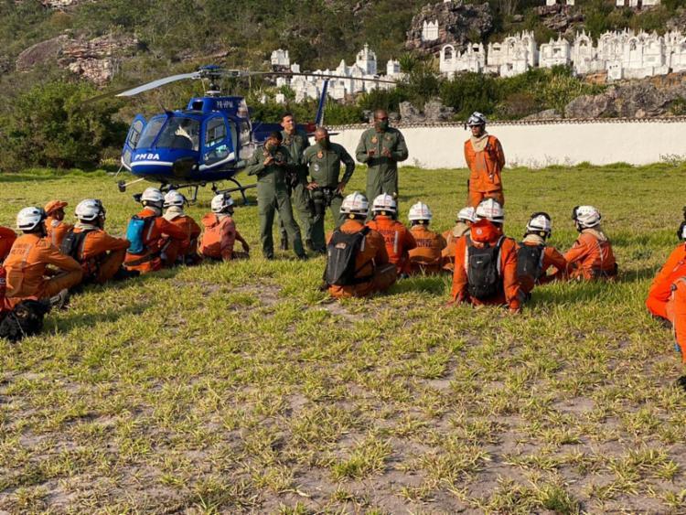 Brigadistas voluntários estão trabalhando sem trégua desde que o fogo começou   Foto: Divulgação   CBMBA - Foto: Foto: Divulgação   CBMBA