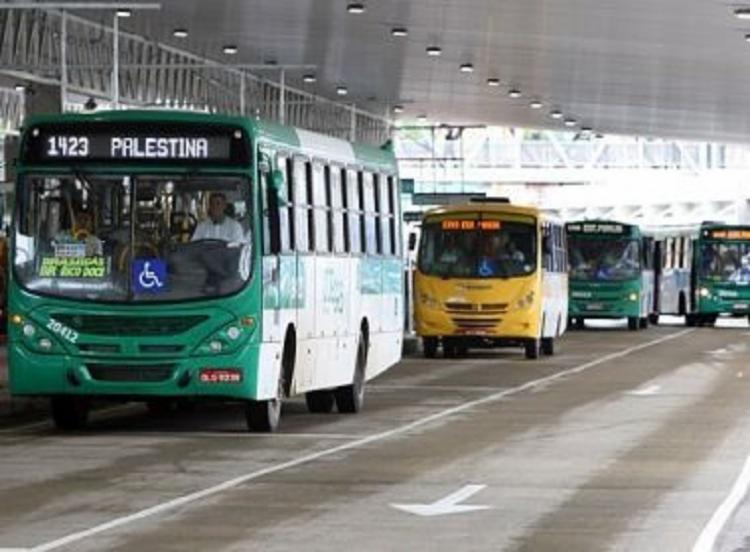 Circulação dos ônibus no bairro da Palestina ocorreu na noite desta segunda-feira, 12, e ainda não tem previsão de regularização   Foto: Reprodução - Foto: Reprodução