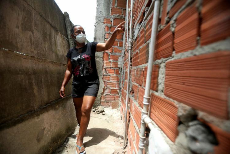 Juciene Palmeira mostra as rachaduras na parede da casa | Foto: Felipe Iruatã | Ag. A TARDE - Foto: Felipe Iruatã | Ag. A TARDE