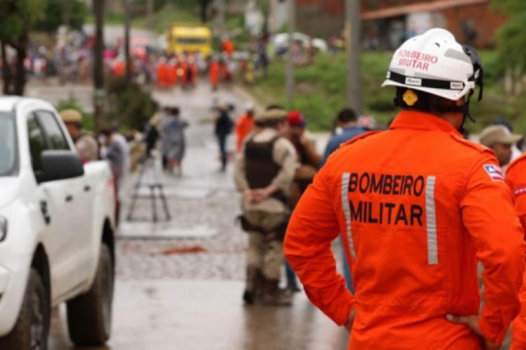 Três equipes do Corpo de Bombeiros foram enviadas para o local | Foto: Reprodução - Foto: Reprodução